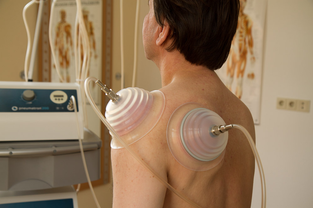 Pneumatische Pulsationstherapie an der Schulter und an den Knien
