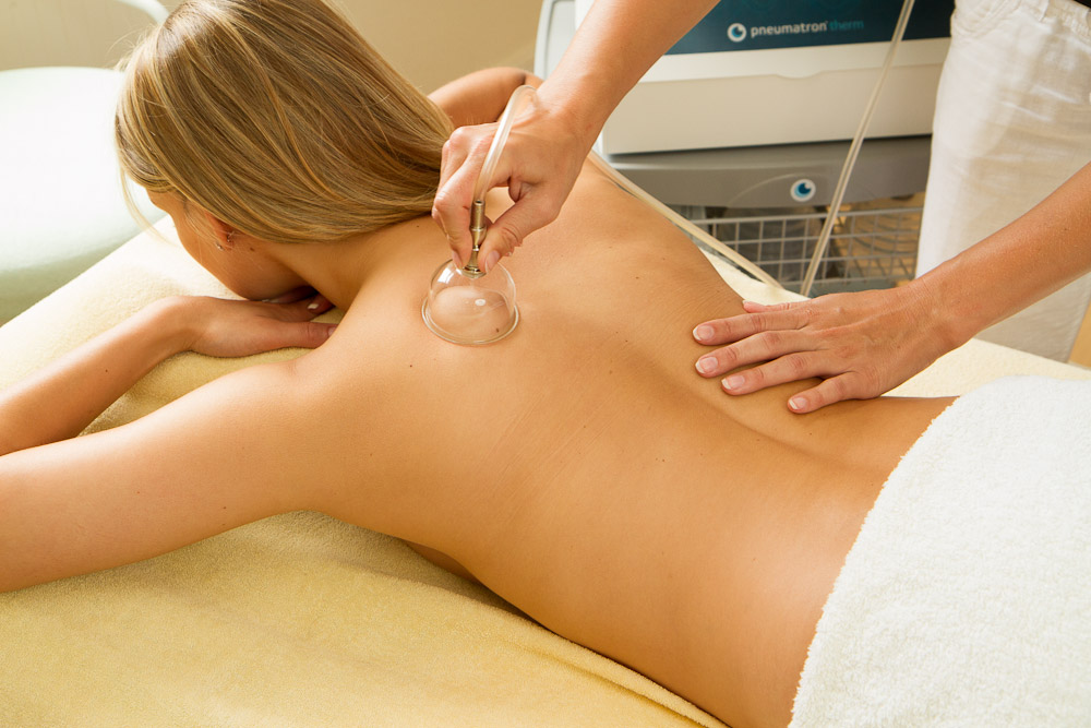 Lymphdrainage mit Silikonglocken am Rücken